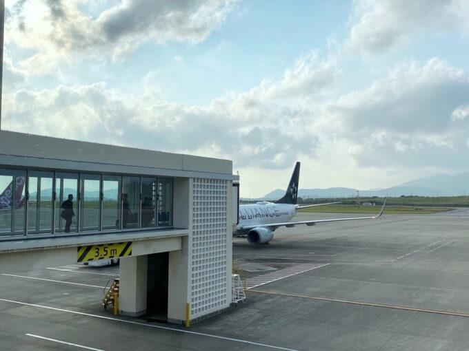 石垣空港の搭乗前にでANA1780便を眺める