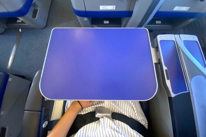 ANA1780便(石垣空港→那覇空港)のプレミアムクラスのテーブル