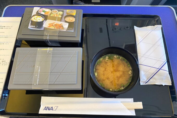 ANA1780便(石垣空港→那覇空港)のプレミアムクラスの機内食が配膳された