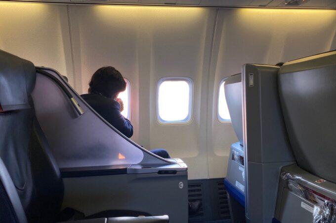 ANA1780便(石垣空港→那覇空港)のプレミアムクラスで窓の外を眺める男性