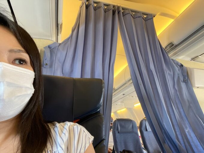 ANA1780便(石垣空港→那覇空港)のプレミアムクラスの後方はカーテンで仕切られる