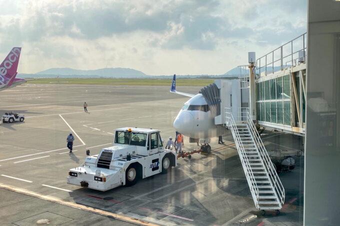 ANA1780便(石垣空港→那覇空港)の機体をボーディングブリッジから眺める