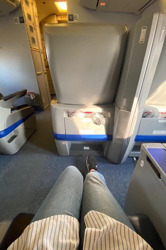 ANA1780便(石垣空港→那覇空港)のプレミアムクラスシートは座席に余裕がある