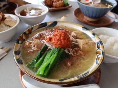 うるま市「闘牛拉麺ラブメンうるマルシェ店」で注文したラーメンやサイドメニューなど