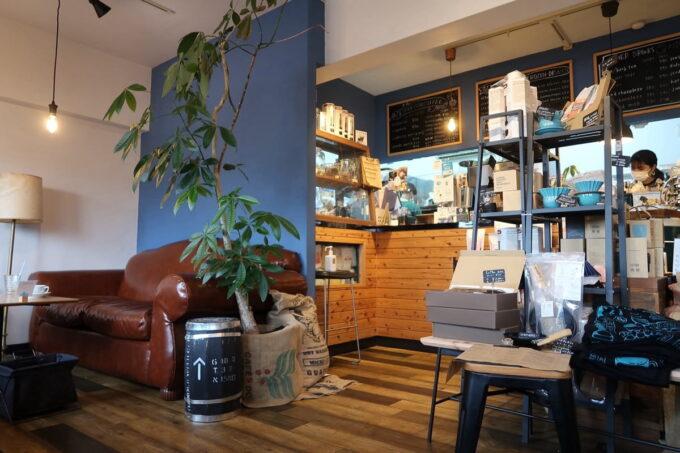 名護「フラップコーヒー(FLAP COFFEE and BAKE SHOP)」の店内(レジカウンター、ソファー席)