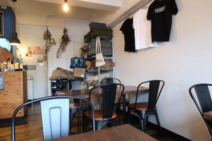 名護「フラップコーヒー(FLAP COFFEE and BAKE SHOP)」の店内(テーブル席)