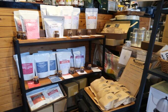名護「フラップコーヒー(FLAP COFFEE and BAKE SHOP)」店内で購入できるコーヒー豆のパック