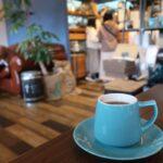 名護「フラップコーヒー(FLAP COFFEE and BAKE SHOP)」エチオピアハルスケのコーヒー(500円)とシナモンロール(330円)