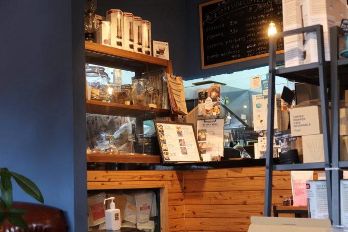 名護「フラップコーヒー(FLAP COFFEE and BAKE SHOP)」のレジカウンター焼き菓子