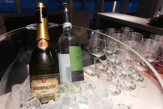 ホテルアンテルーム那覇の「ANTEROOM MEALS」の朝食会場には、朝からワインやスパークリングワインが並べられていた