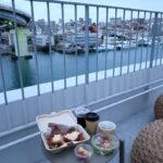 ホテルアンテルーム那覇の「ANTEROOM MEALS」で受け取った朝食を、ルーフトップテラスで食べることにした