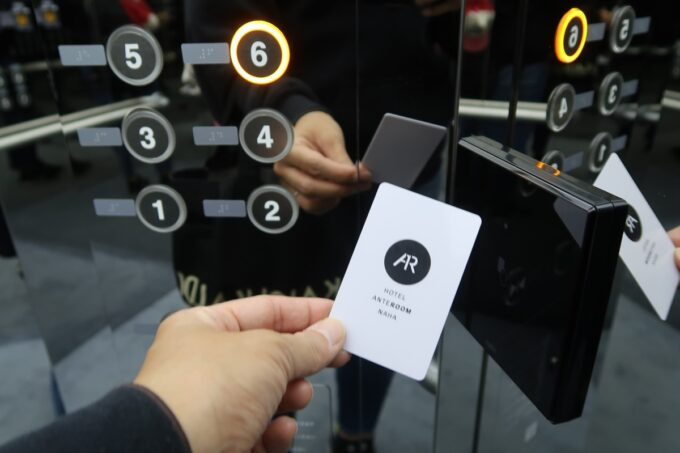 那覇市前島「ホテルアンテルーム那覇」カードキーをかざして目的階に向かうエレベーター