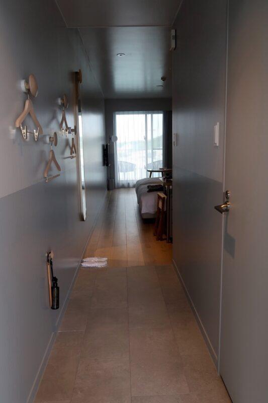 那覇市前島「ホテルアンテルーム那覇」621号室の扉を開けた時の様子