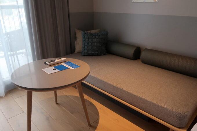 那覇市前島「ホテルアンテルーム那覇」スーペリアルツインルームのソファーベッド