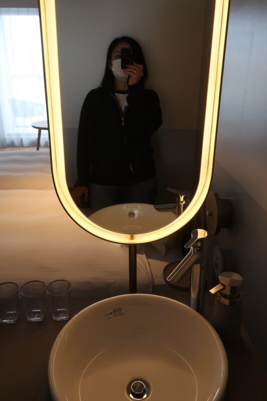 那覇市前島「ホテルアンテルーム那覇」スーペリアルツインルームの洗面台はベッドサイドにあった