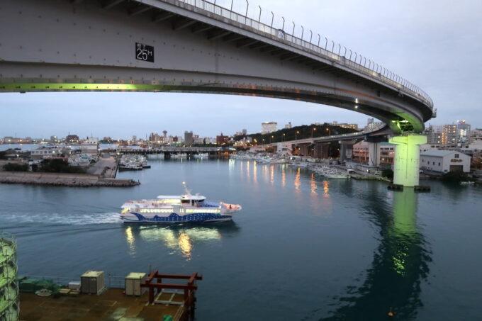 那覇市前島「ホテルアンテルーム那覇」では、泊港に入港するフェリーを何艘もみられた
