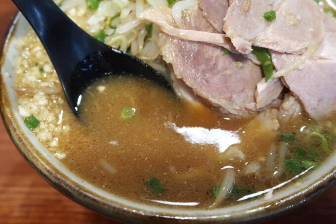 南風原町「麺道くろとん」魚介G麺MAX(1000円)のスープ