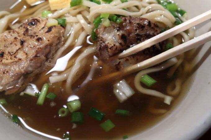 南風原町「麺道くろとん」炙りなんこつソーキそば(720円)の透き通ったスープ