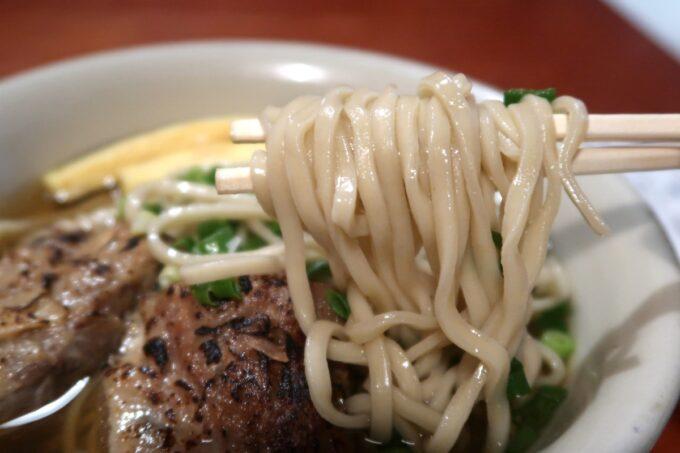 南風原町「麺道くろとん」炙りなんこつソーキそば(720円)の麺