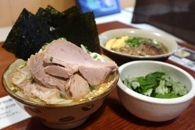南風原町「麺道くろとん」で注文した魚介G麺MAX(1000円)とフーチバー(50円)と炙りなんこつソーキそば(720円)