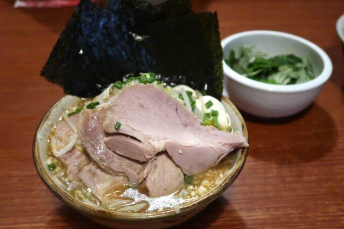南風原町「麺道くろとん」で注文した魚介G麺MAX(1000円)とフーチバー(50円)