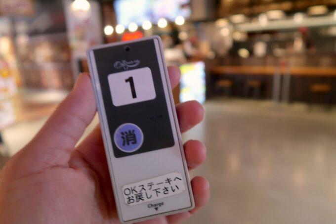 豊見城のイーアス沖縄豊崎1階フードコートにある「OK STEAK(オーケーステーキ)」の呼び出しベル