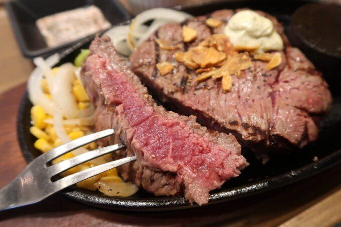 豊見城「OK STEAK(オーケーステーキ)」赤身ステーキをカットしてみるとミディアムレアな焼き加減だった