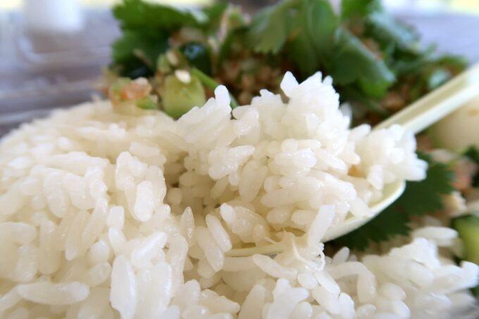 沖縄市「大城鶏飯(おおぎけいはん)」鶏肉の出汁でご飯を炊いている