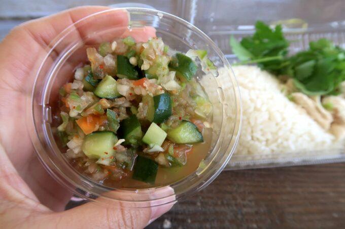 沖縄市「大城鶏飯(おおぎけいはん)」の野菜がゴロゴロと入ったサルサソースはノーマルとスパイシーの2種類から選べる