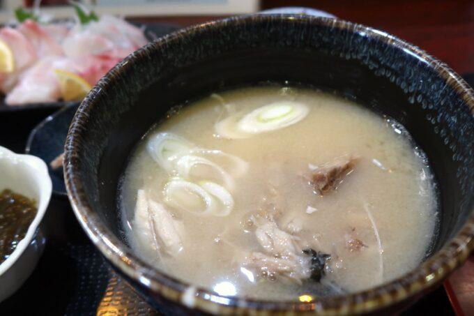 那覇市久茂地「漁師めし おやじ80」刺身セットの魚汁は丼サイズ