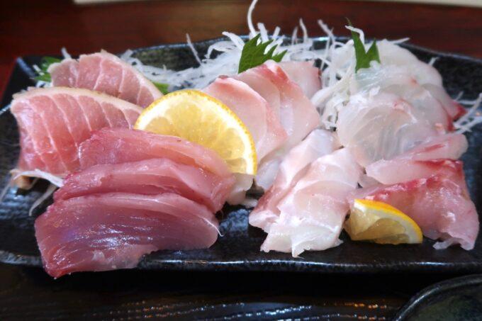 那覇市久茂地「漁師めし おやじ80」刺身セットのお刺身は深海魚が4〜5点が盛られている