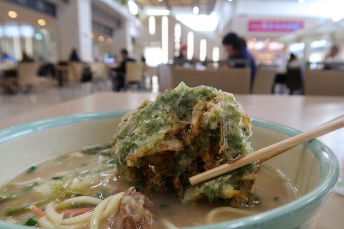 石垣空港「八重山そば やいま村」アーサの天ぷら(130円)をソーキそばに入れてみた