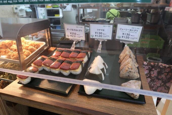 石垣空港「八重山そば やいま村」ではスパムおにぎりやジューシーおにぎりも売っている