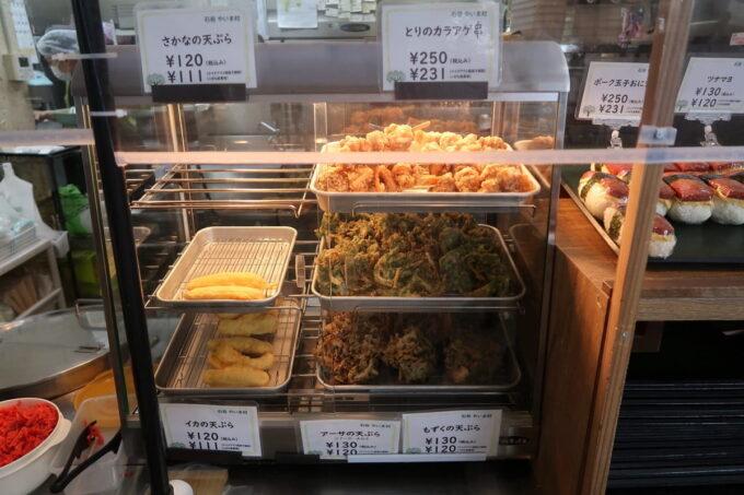 石垣空港「八重山そば やいま村」では天ぷらも販売している
