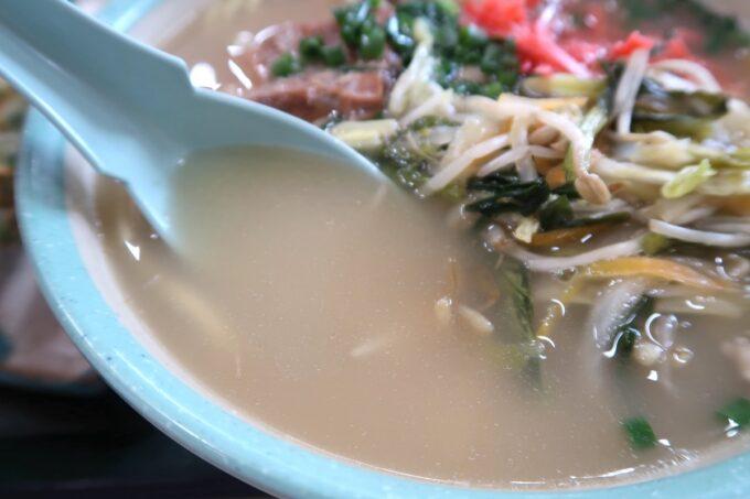 石垣空港「八重山そば やいま村」のソーキそばの白濁したスープ