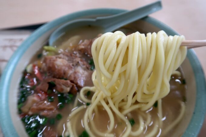石垣空港「八重山そば やいま村」の丸みのある麺