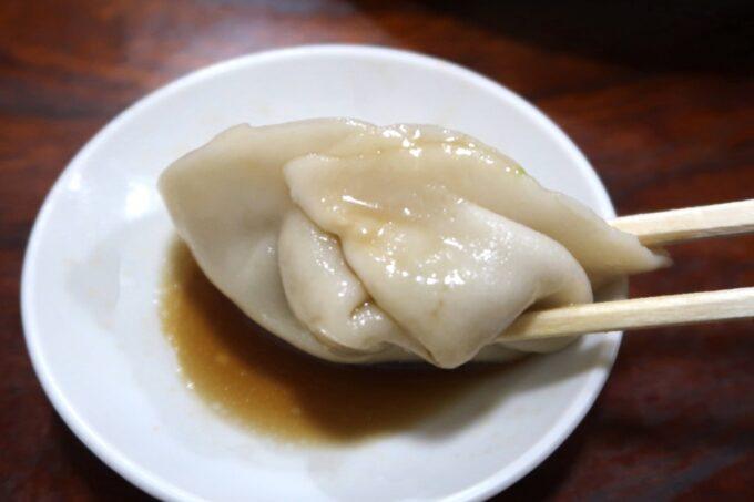 愛媛県今治市「白雅」水ぎょうざをタレにつけて食べる