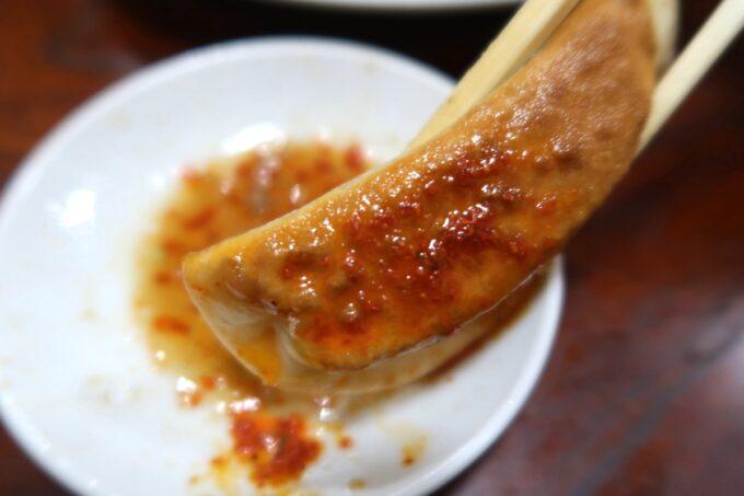 愛媛県今治市「白雅」辣油をたっぷりつけていただく焼ぎょうざ