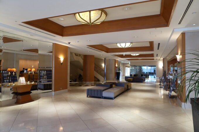 愛媛県松山市「ホテルマイステイズ松山」のフロント前ロビー