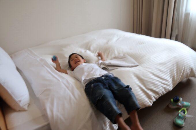 愛媛県松山市「ホテルマイステイズ松山」スタンダードダブルにダイブするお子サマー