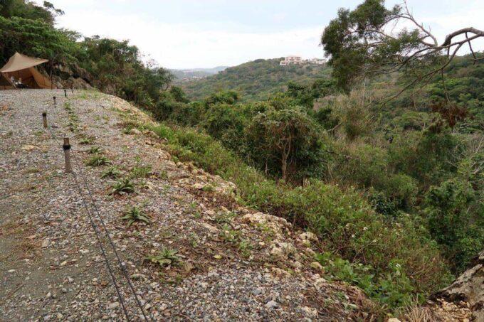 沖縄・本部町「KARST CAMP SITE(カルストキャンプサイト)」フリーサイトの先が崖になっている