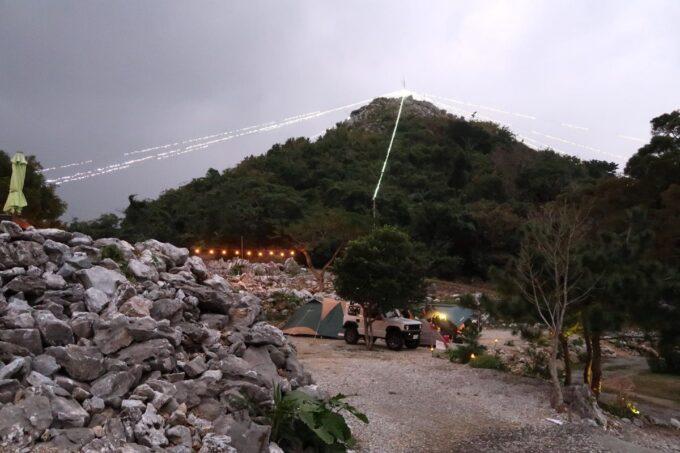 沖縄・本部町「KARST CAMP SITE(カルストキャンプサイト)」の円錐カルストの頂上からイルミネーションが施されていた