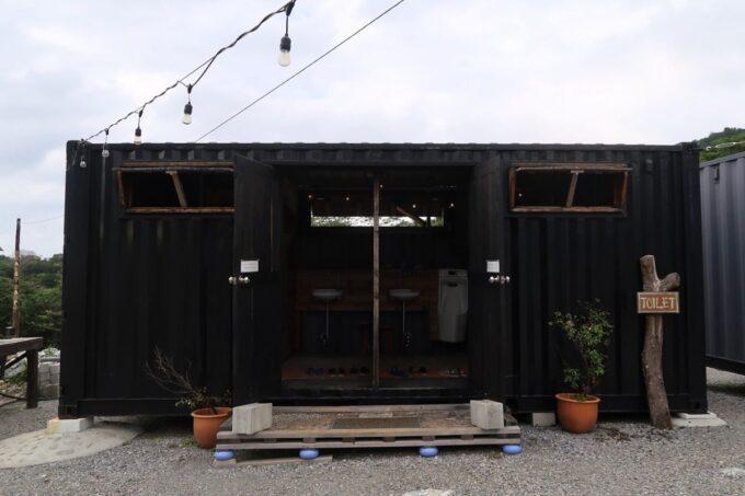 沖縄・本部町「KARST CAMP SITE(カルストキャンプサイト)」の共用施設(トイレ)