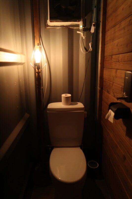 沖縄・本部町「KARST CAMP SITE(カルストキャンプサイト)」のトイレ内部