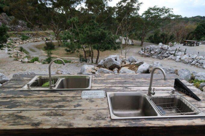 沖縄・本部町「KARST CAMP SITE(カルストキャンプサイト)」の共用施設(炊事場)