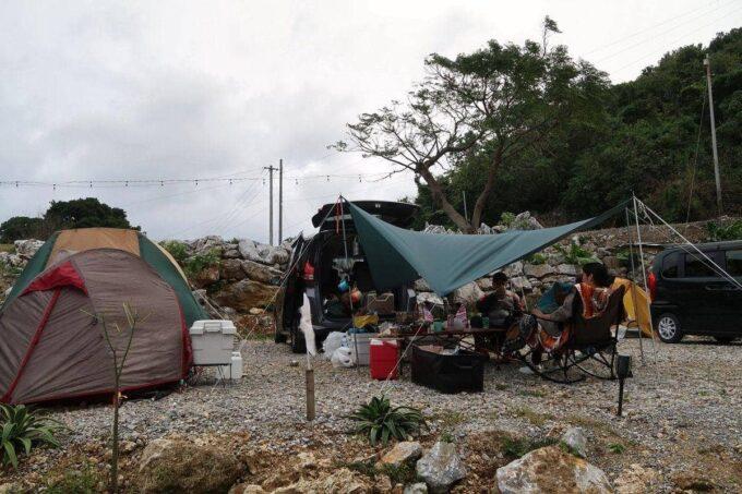 沖縄・本部町「KARST CAMP SITE(カルストキャンプサイト)」テント設営の様子