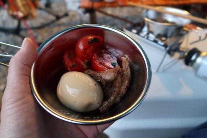 沖縄・本部町「KARST CAMP SITE(カルストキャンプサイト)」味玉や野菜などを摘む