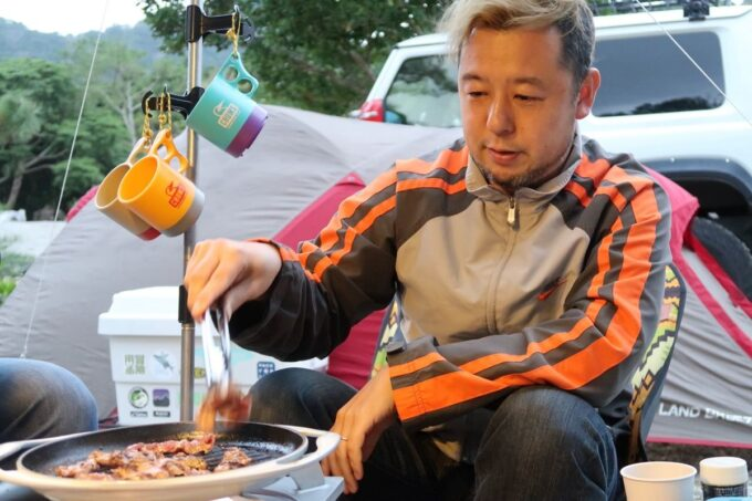 沖縄・本部町「KARST CAMP SITE(カルストキャンプサイト)」お肉を焼くご主人サマー