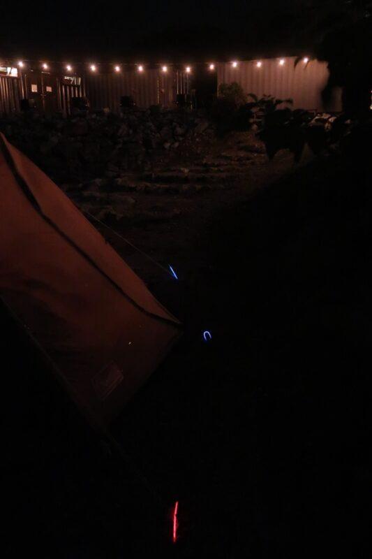 沖縄・本部町「KARST CAMP SITE(カルストキャンプサイト)」夜間の足元を守る傾向リストバンド
