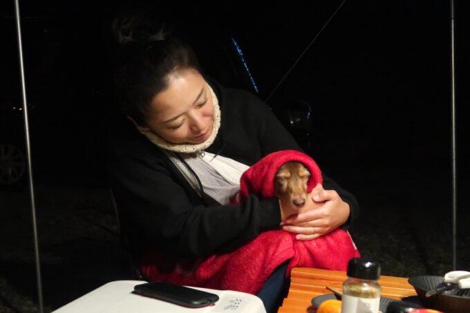 沖縄・本部町「KARST CAMP SITE(カルストキャンプサイト)」寒くて眠くて仕方ないお犬サマーを抱っこして暖をとる